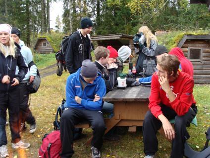 Eleverna i MP3 tar en välförtjänt lunchpaus under vandringen