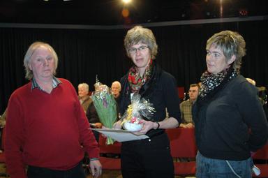 Vuxenskolans Stig Samuelsson och Mette Waldrop med kulturstipendiaten Monica Månsson mellan sig.