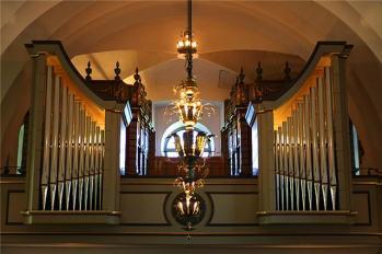 Svällverk och Positiv samt Pedal är inrymda i de gamla orgelhusen som är K-märkta. Orgelhusen i läktarbarriären är nya och rymmer Huvudverket.