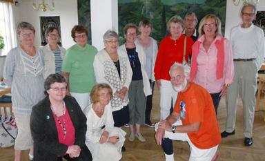 Här ställer represenanter för de föreningar som ser till att insamlingen blir bra i Bollebygds kommun upp för gruppfoto. I orange tröja, insamlingsgeneralen Anders Olsson.