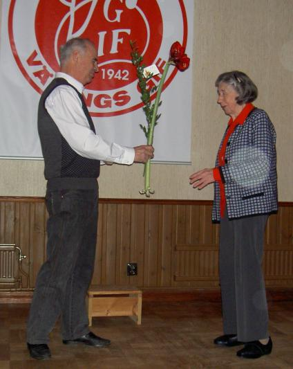Bengt Lindberg från Värings GoIF överlämnade en blomma till Birgit Johansson. Hon har varit med och arrangerat eller deltagit i Luciatablån i Väring sedan 1920-talet.