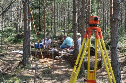 Några av årets arkeologielever vid sina grävrutor