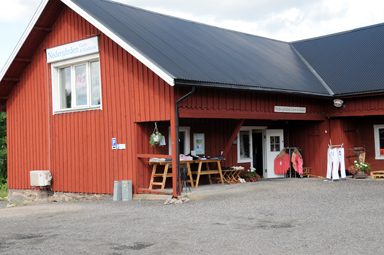 Bilden visar halva ladan som rymmer Nedergårdens Garn & Kläder och dessutom ett välsorterat café.