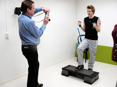 Lars Ohlsson fotograferar yngste sonen för ett nytt träningsprogram.