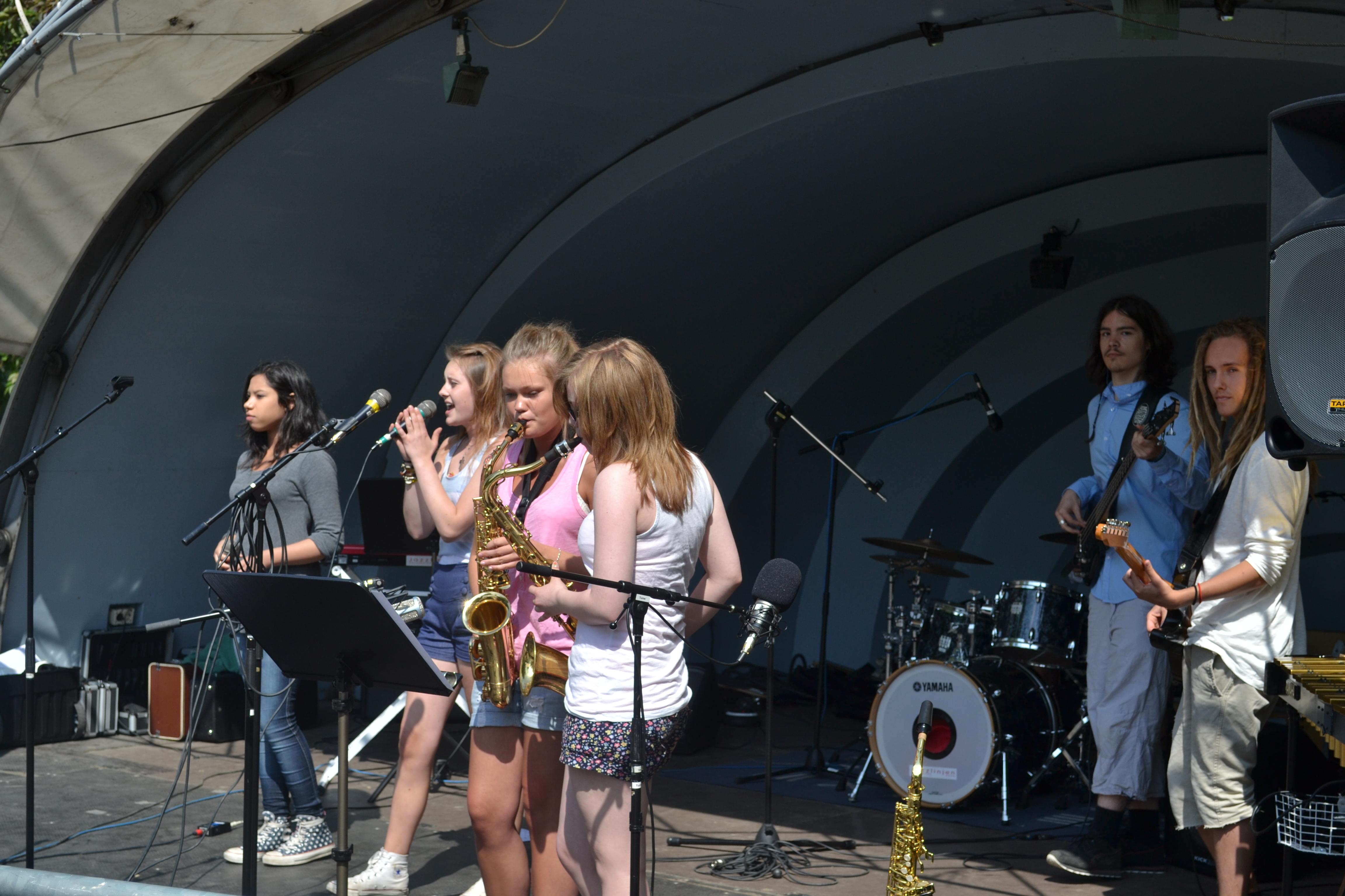 Jazzgymnasiet underhöll de väntande anhöriga i en hel timme med mycket blandad och väl framförd musik