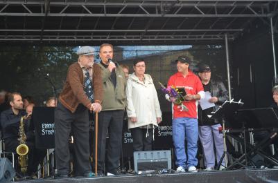 Markus Molin överlämnade ett pris till Kramboledningen för sin satsning på anpassning av bostäder för äldre