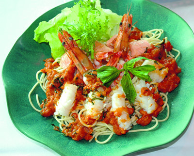 Indonesien, ett spännande land också när det gäller mat. På tallriken ligger havetsläckerheter, en vanlig syn på indonesiska restauranger.