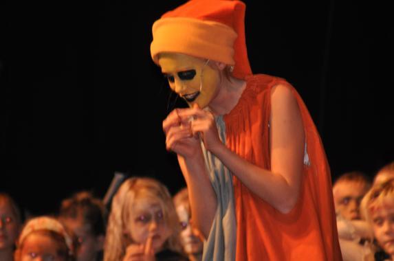 Alva med sin snygga sminkning i rollen som Oggi Boggi