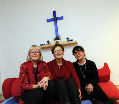 Lena Folkesson, Marianne Bornehall och Liisa Jönsson Rickäng jobbar med förberedelserna inför öppnandet av… Liisa väntar på namnförslag.