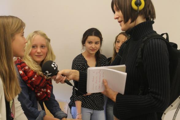Jasmine, Nilla, Antonia och Hilda blir intervjuade av Jenny från SR Blekinge.