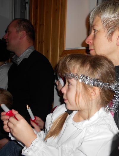 Leo, Maja och mamma Elin tittar på.