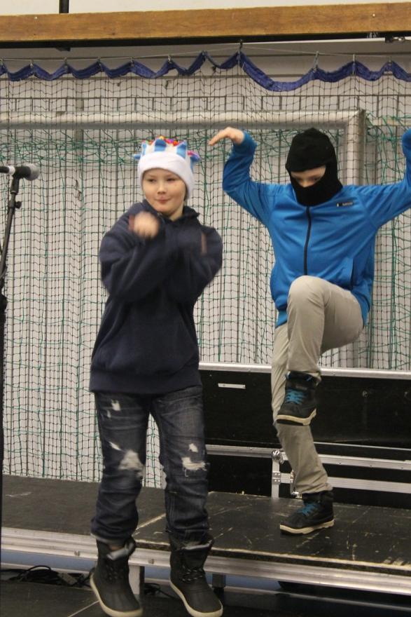 Carl-Gustaf bär en moderiktig kungakrona och Mattis gör en ninjainspirerad \