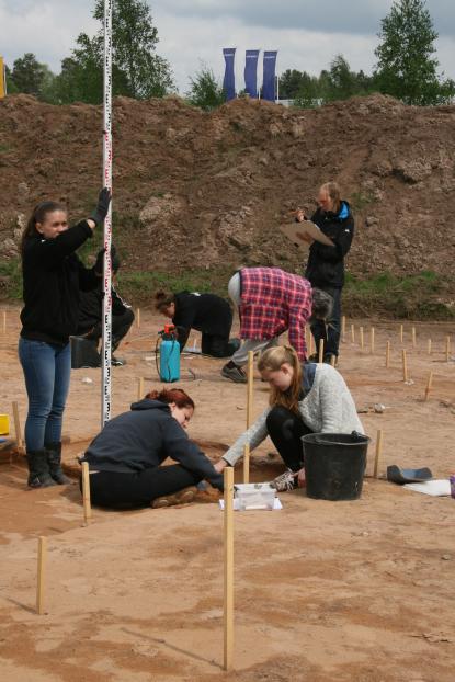 Vasaarkeologer gräver och mäter in