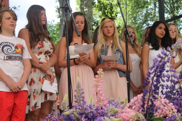 Kören sjöng vackert omgivna av blommor och grönska.