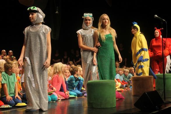 Kroken och Snoken leder bort Ariel till Blunder och Sebastians förtvivlan.
