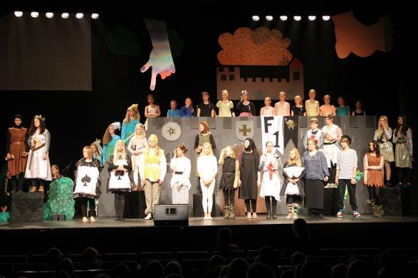 Slutet av den fantastiska teatern som drog ner stora applåder och fick publiken att ropa efter mer.