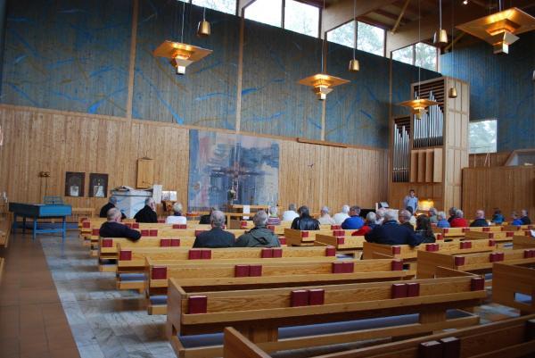 Mycket trä, signerat Carl Nyrén, omger Magnussonorgeln i<br />Ålidhems kyrka