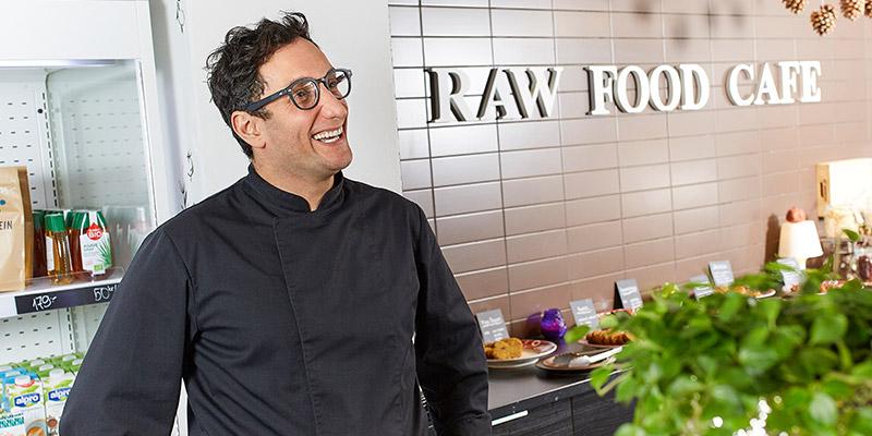 Brinner för rätt sorts mat. Amir Badeie driver Raw Food Café och ägnar hela sina vakna tid åt mat och att forska kring mat och näring.