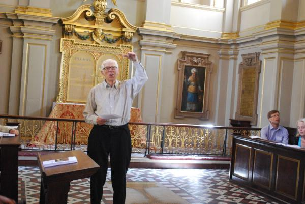 82-årige John Wellingham i engagerad pose i Londons St.