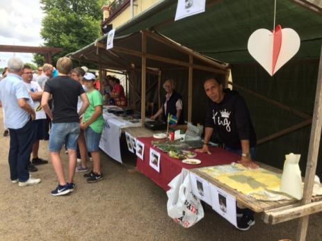 Jason Kbak från Syrien sålde Syrisk mat, medan Birgitta Steneld från Bygd I Samverkan delade ut broschyrer och informationsblad.