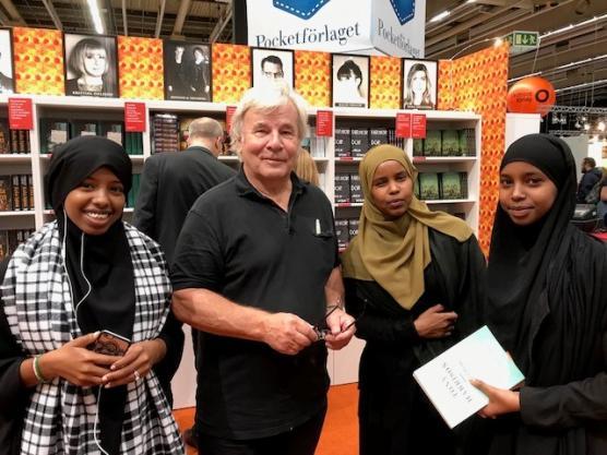 Tre fjärdedelar av UF-företaget Mind Savers tillsammans med en av landets bäst säljande författare. Fr v Fatma Abdi, Jan Guillou, Faiso Ahmed Mohamed och Adni Qayre.