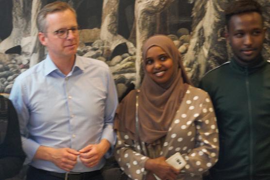 Näringsministern önskade Fardowsa Iid lycka till med sitt nystartade företag, t h klasskamraten Mohamed Abdullahi som var med och startade upp.