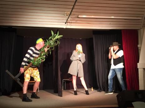 I årets Strångamålarevy får publiken se en hel del förväxlingskomedi, som i numret \