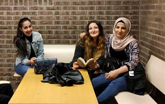 <span>Tre glada tjejer som precis har börjat i EK1.<br /></span><span style=\