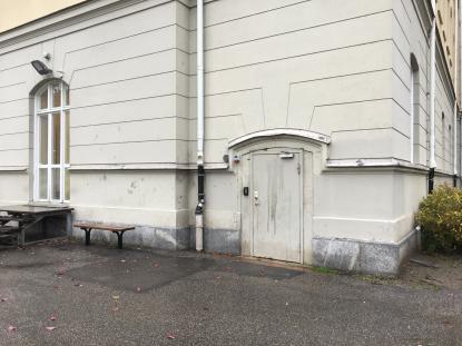 En av skolans ingångar till källare som lätt nåd från en öppen skolgård.