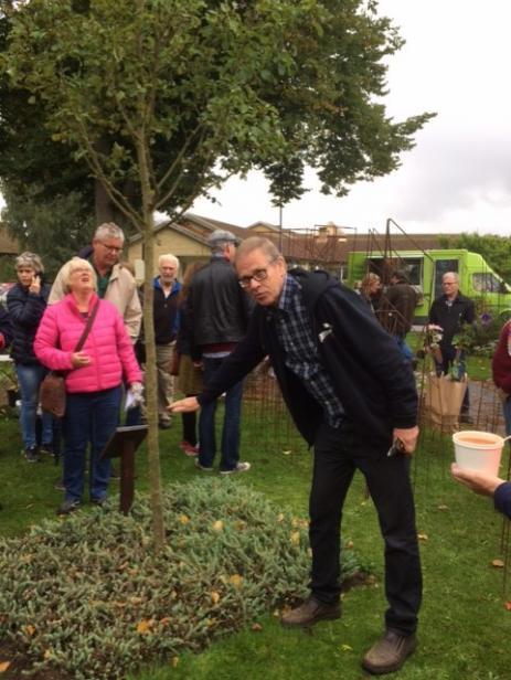 Äppelkännaren Matts Persson visade hur man beskär sina äppelträd, men han artbestämde också äpplen som folk hade tagit med sig från sina egna trädgårdar.