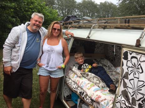 Peter, Martina och Nikodemus Gudmunsson från Ängelholm bor i sin buss när de är ute på bilträffar.