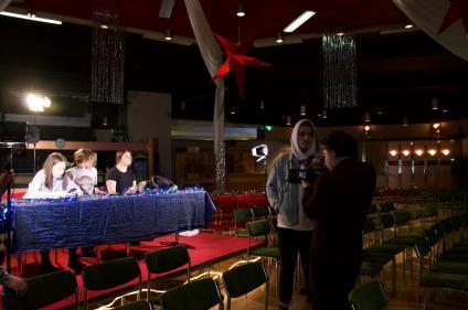 Wilma Stenberg, Elina Jacobson och Signe Mattsson provsitter jurybåset och Emil Jernström och Anton Palohonka filmar.