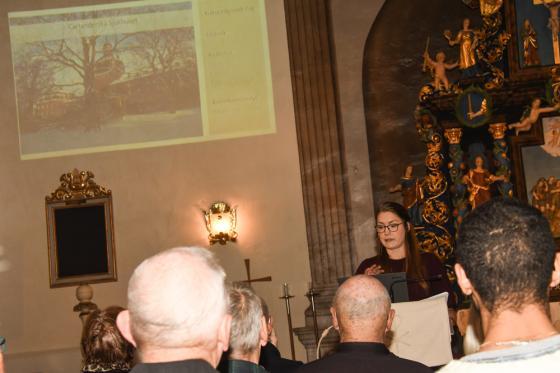 Elise Lund ger besökerna nya kunskaper om Bollebygds kyrka.