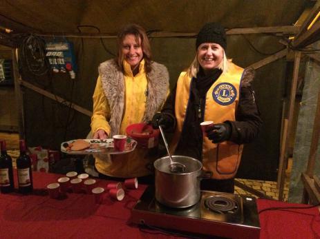 Annika Nilsson och Carina Palmberg från Lions bjöd på varm glögg och pepparkakor.