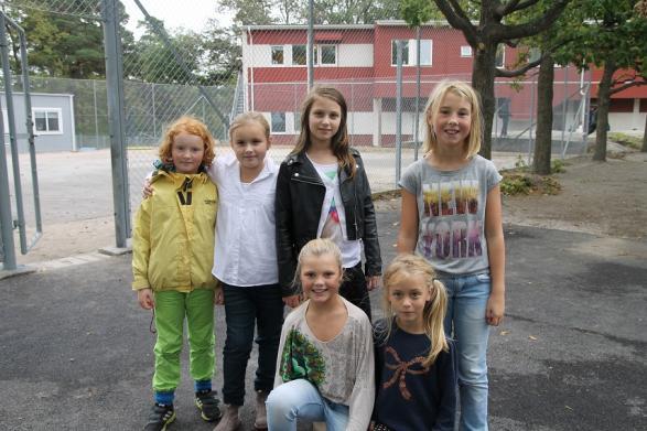 Här är några av eleverna som var med i undersökningen. Från vänster Vera 3B, Moa 3B, Lisa 3B och Hannah 3B. Främre raden från vänster Tyra 3B och Tindra 3B.<br /><br />
