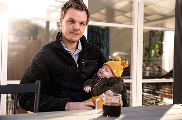 Niklas Sandin med sonen Otto i höstsolen på altanen hemma i Bosnäs. På söndag får Niklas fira sin första fars dag.