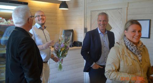 Näringslivschefen i Kramfors,<span>Conny Eriksson,</span> gratulerar Torjörn Ullsten för nysatsningen