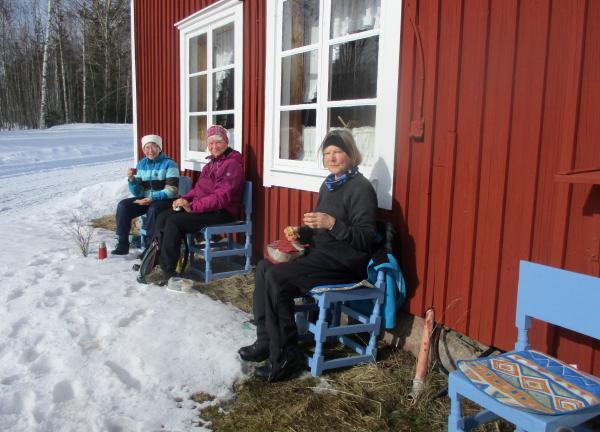 Kaffepaus i solen utanför bagarstugan