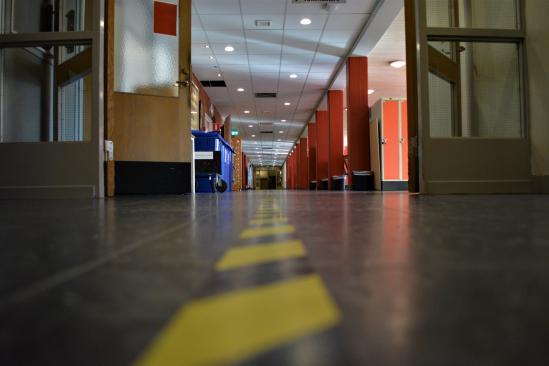 Tejp som går igenom hela korridorerna för att hålla högerregeln.