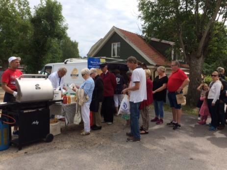 En lång kö bildades snabbt runt Wiktor Olssons grillvagn. Många var sugna på nygrillad korv eller karré med potatissallad.