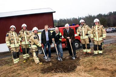 Vid spadarna Patrik Blomgren, Stefan Hederdal och Christer Johansson (M). Övervakar grävningen gör Peter Rosholm (S) och några av brandmännen i Töllsjö.