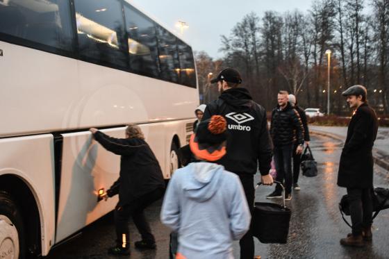 Regn och blåst var det när Hestraforsspelarna lastade in fotbollsskorna i bussen.