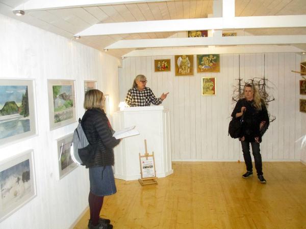 Konstnärerna Kethy Bjesse (till vänster) och Petra Lundström. Eileen lyssnar