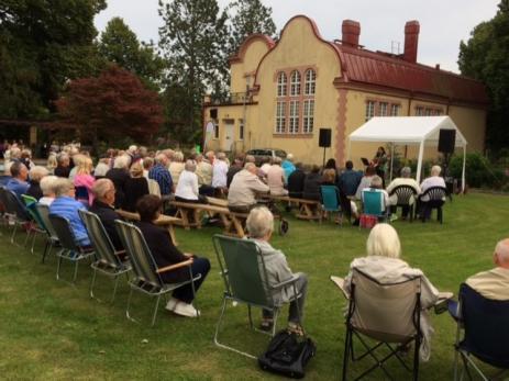 Det var många som kom för att höra Yvonne Olsson sjunga och spela i Svenmanska Parken.