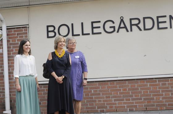 Folkhälsosamordnare Kristina Sunebrandt, socialminiser Annika Strandhäll och utvecklingsledaren Eva Westlund utanför Bollegården.<br />Foto: Olle Falk.