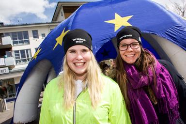 Hannah Stalbohm och Cassandra Andersson har praktiserat på Europa Direktkontoret i Bollebygd i ett halvår. Arrangemanget på torget svarade de två praktikanterna för.