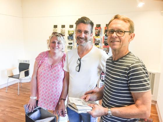 Ing-Marie Johansson, Tomas Pettersson och Sven Hertzman <br />har ordnat med utställningen av Kyrkobladen.
