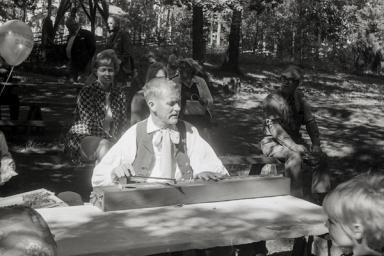 Frisören Nilsson hanterar ett gammalt instrument.