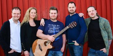 Kvintetten bakom Årets Show i Bollebygd:<br />Andreas Zetterberg, Monica Z Österlund, Erik Persson, Jakob Byskén och Martin Hallberg Jarfold repeterar just nu föreställningen Årets Show.