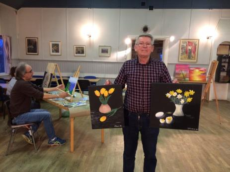 Tommy Persson som själv har målat sedan sjuttiotalet, håller i målarkursen i Folkets Hus. Varje år ställer Tommy ut sin konst på Konstrundan i Österlen.